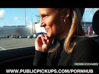 Deslumbrante jovem loira é pego e pago para foder em um estacionamento