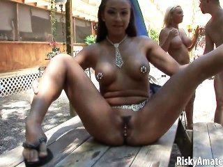 Meninas amadoras sexy posando nu ao ar livre