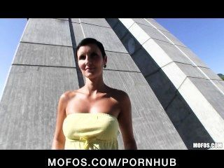 Sexy czech menina com um corpo perfeito é pago para o sexo em público