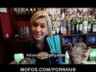 Bartender louro lindo é conversado em ter relações sexuais no trabalho