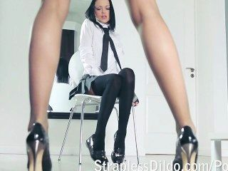 Um professor de pernas longas fica se sentindo batendo