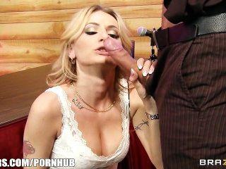 Horny blonde obtém alguma ajuda aprendendo a esguichar