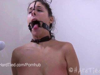Brunette amador em latex ligado em corda torturada eroticamente em água