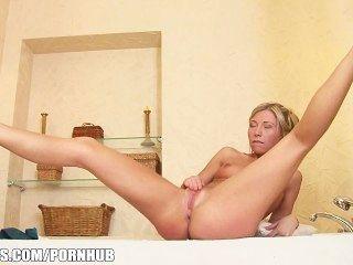 Loura alegre adolescente jessy marrom brinca com seu traseiro na banheira