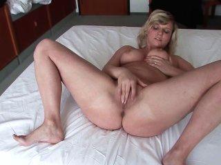 Ela aceita ser filmada no quarto de hotel
