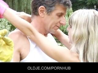 Doce loira recebe uma injeção anal de um oldje