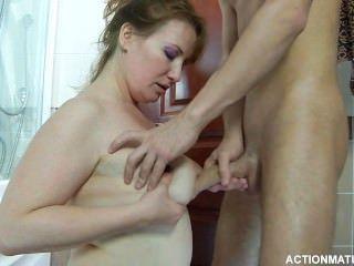 Um jovem russo e uma mulher russa madura