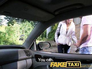 O anjo do faketaxi é batido por meu grande galo em meu táxi