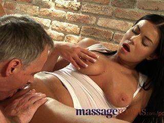 Salas de massagem beleza tanned espalha buceta molhada no encontro sensual