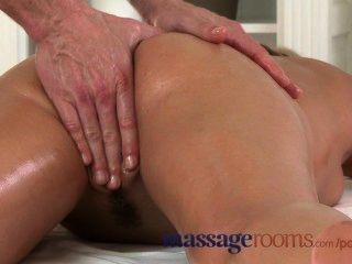 Salas de massagem molhado zuzana tem orgasmo profundo antes de obter uma carga pesada spunk