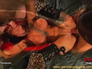 Sexy redhead com tatuagens se divertindo em uma orgia quente bukkake
