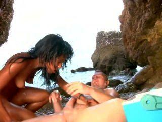 Bela latina fica coberto de nata e cum pela praia