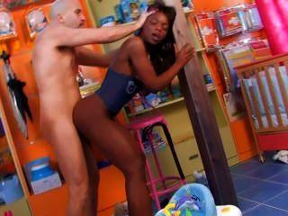 A menina espanhola do ebony skinny começa duramente dicked no berçário