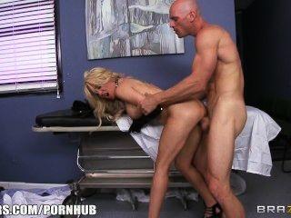 Loira loira paitent implora seu médico para dar-lhe algum pau duro
