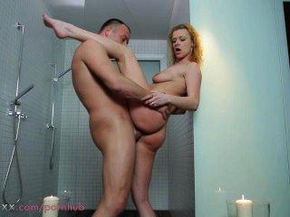 Casal de mãe fazer amor no chuveiro