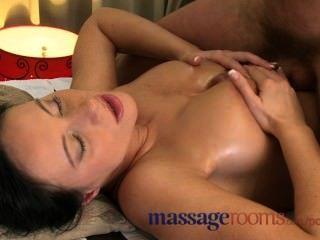 Salas de massagem molhado pussy raspada licked antes grande torneira desliza dentro profundo