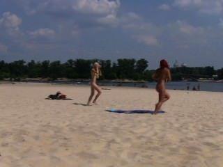 Amigos sexy dão um show com o seu amor de nudismo