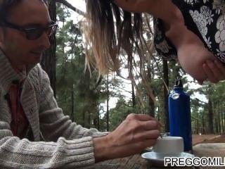 Lactância amador milf ao ar livre teaparty