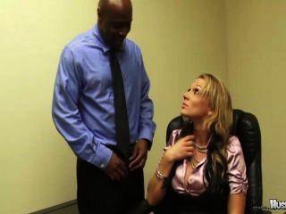 Nikki sexx tem seus 2 grandes empregados preto galo foda-la para manter seus empregos!
