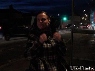 Leah caprice pussy piscando em público de sua cadeira de rodas com deficientes