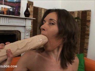 Babe apertando dois grandes dildos brutal em sua buceta