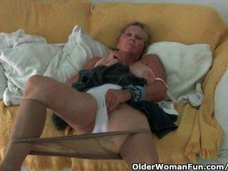 Avó com grandes mamas se masturba em meia-calça