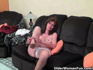 Skinny granny em meias dá a sua peluda pussy velho um deleite