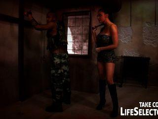 Aletta oceano é fodido por um soldado em suas alucinações mais selvagens.