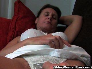 Milf maduro com mamilos duros e pussy peludo obtém fingered pelo fotógrafo