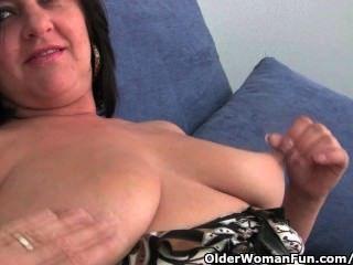 Mãe madura com grandes mamas e grande burro fica dedo fodido