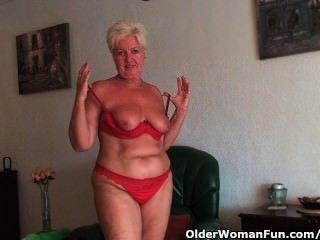 Chubby avó com saggy grandes mamas e gordo bunda espalha sua velha buceta