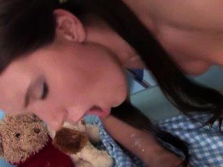 A comida não é a única coisa que está sendo comido na mesa com esta adolescente morena