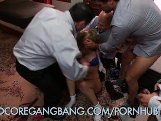 Menina da escola recebe punido por dominatrix principal com gangbang hardcore
