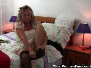 Avó com mamas grandes usa meia-calça enquanto ela fode um vibrador