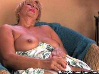 Avó chubby masturbates com seus dedos e um vibrador