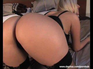 Blond busty european milf tocando na cama com seus seios grandes e bichano raspado
