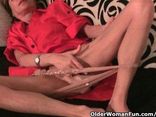 Skinny grandma massagens seus seios pequenos e esfrega sua buceta apertada