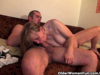 Vovó obtém sua boceta peluda fodida profundamente