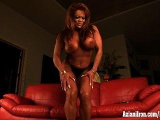 Maduro muscular mulher masturbação seu clitóris enorme