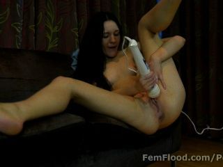 Grande lipped multi orgasmic college babe mantém em cumming e squirting