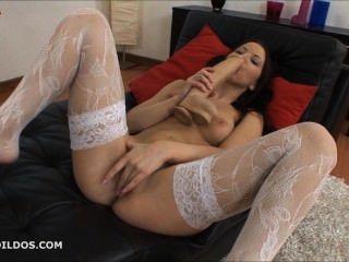 Morena fodendo seu bichano com dois grandes dildos brutais