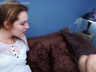 Menina quente secretamente ama sua punição stinky pés