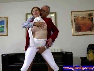Teen amador em calças comprando slammed em seu bichano apertado