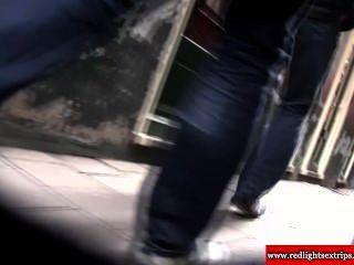 Real holandesa loira prostituta empurrões galo turista e obtém corrida