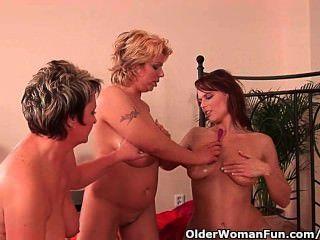 Avó e duas mães de futebol masturbando e dildoing