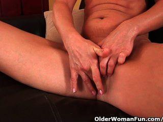 Mulher mais velha com seios pequenos e corpo quente se masturba