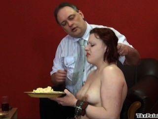 Humilhação de comida repugnante e cruel disciplina doméstica de fetiche sexy