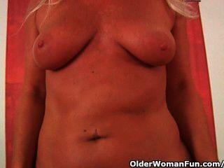 Mamãe de futebol tesão masturbando seu corpo maduro curvy