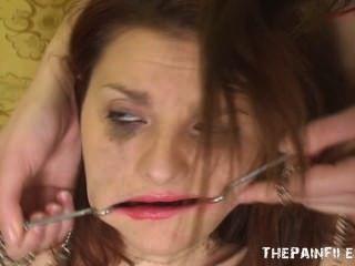 Bizarra humilhação lésbica e desagradável dominação facial do adolescente lezdom