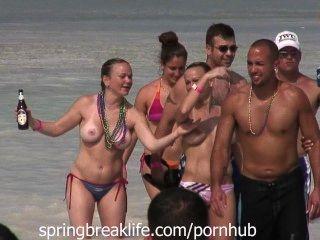 Topless gêmeos na água